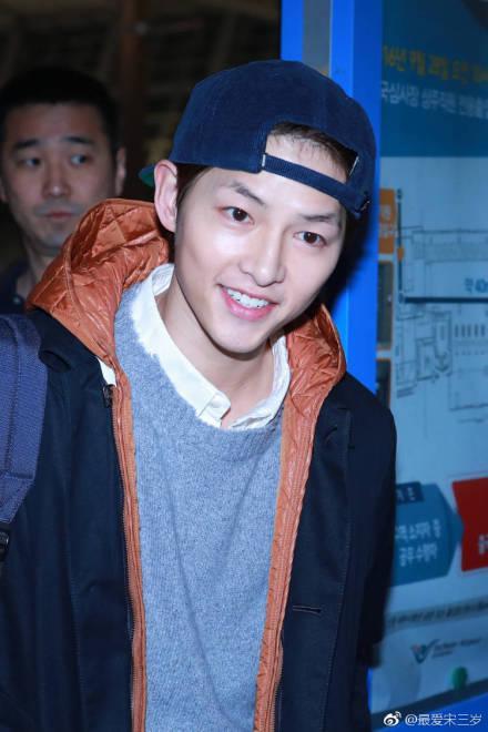 Song Joong Ki xuất hiện tươi cười sau tin đồn ly hôn Song Hye Kyo dù ngón tay đeo nhẫn cưới vẫn trống trơn-2