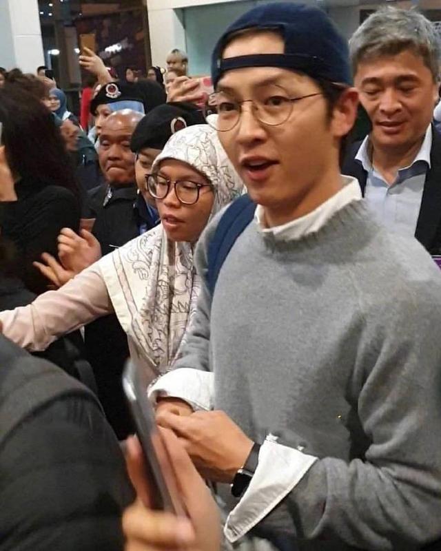 Song Joong Ki xuất hiện tươi cười sau tin đồn ly hôn Song Hye Kyo dù ngón tay đeo nhẫn cưới vẫn trống trơn-8