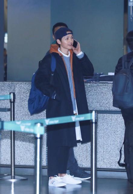 Song Joong Ki xuất hiện tươi cười sau tin đồn ly hôn Song Hye Kyo dù ngón tay đeo nhẫn cưới vẫn trống trơn-4