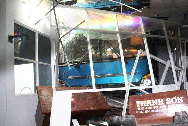 Cà Mau: Lơ xe nổ máy, xe khách chồm lên tông 1 người chết, 5 người trọng thương-2