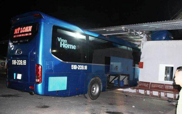 Cà Mau: Lơ xe nổ máy, xe khách chồm lên tông 1 người chết, 5 người trọng thương-3
