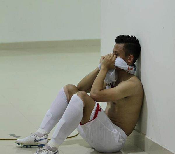 Tranh cãi gay gắt hình ảnh Quế Ngọc Hải ngồi thất thần sau thẻ vàng oan nghiệt ở trận ra mắt CLB mới-2
