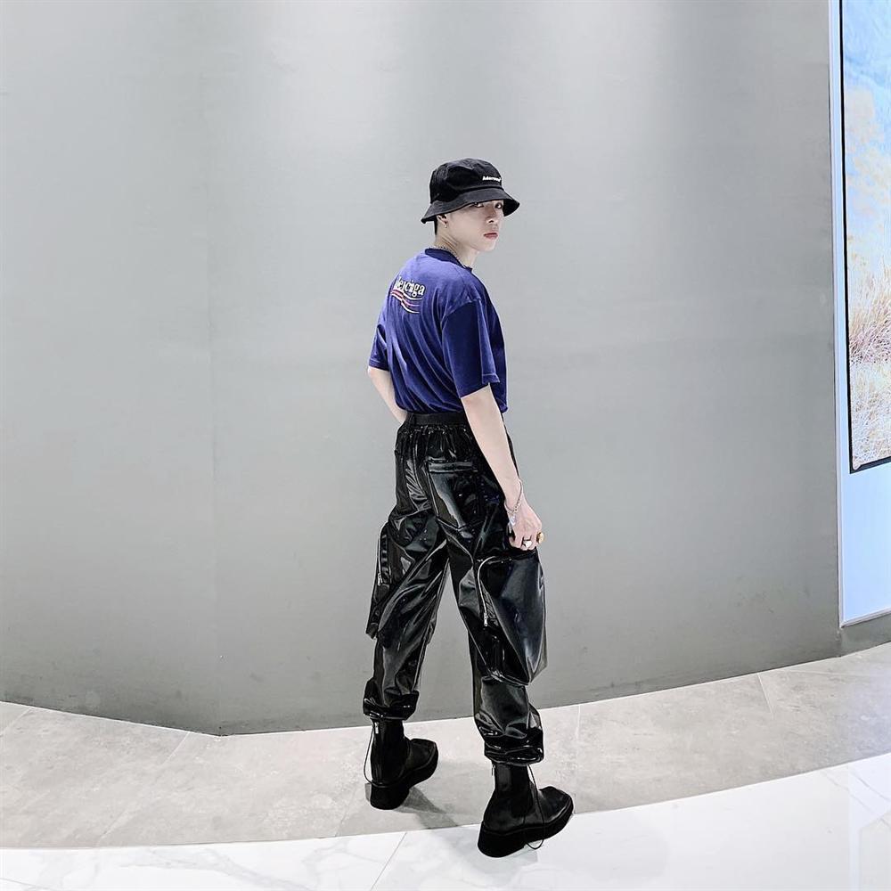 Khoe street style mà Thúy Vi ăn mặc mát mẻ như đi biển, Đức Phúc trưng đồ hiệu mà như diện túi nilon đựng rác-2