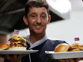 Burger đặc biệt tên ông Kim Jong-un và Donald Trump xuất hiện ở Hà Nội