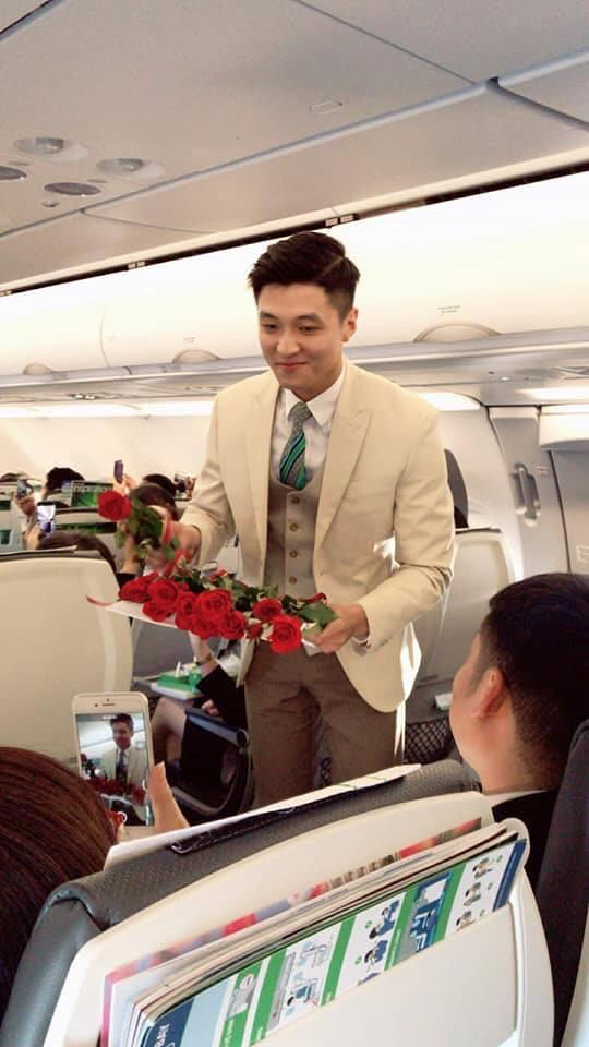 Nam tiếp viên hàng không đẹp trai bị hành khách chụp lén trên máy bay-1