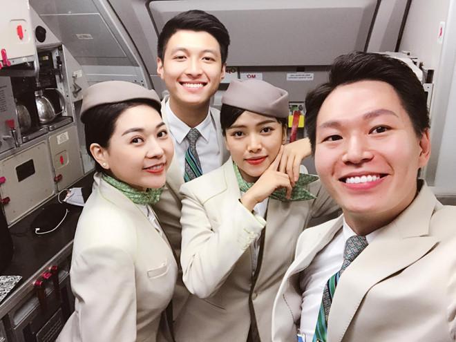 Nam tiếp viên hàng không đẹp trai bị hành khách chụp lén trên máy bay-3