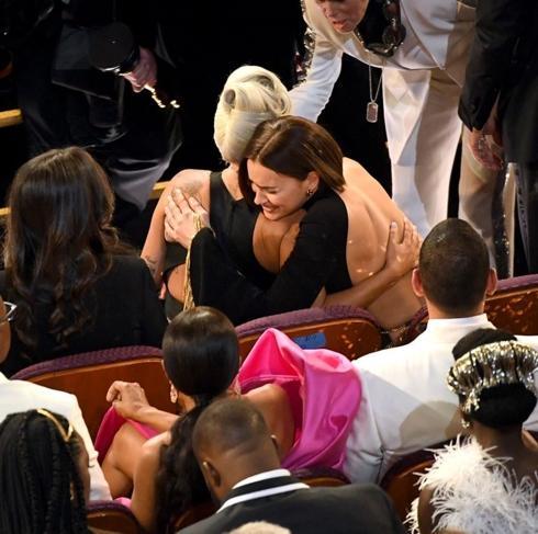 Lady Gaga ôm Irina Shayk, đập tan tin đồn tình tay ba với Bradley Cooper-2