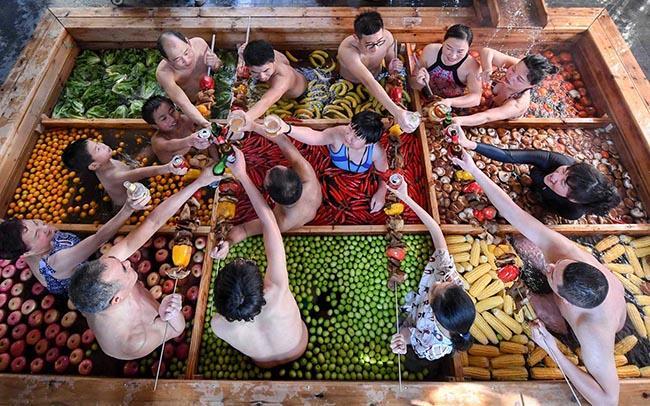 Thử lẩu người tại bể bơi nước nóng dị nhất thế giới-1