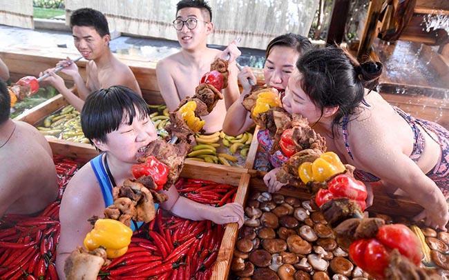 Thử lẩu người tại bể bơi nước nóng dị nhất thế giới-4