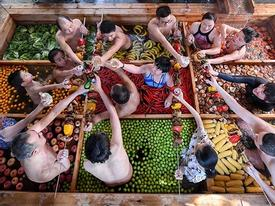 Thử 'lẩu người' tại bể bơi nước nóng dị nhất thế giới
