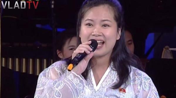 Nhan sắc nữ ca sĩ quyền lực nhất Triều Tiên theo chân ông Kim Jong-un tới Hà Nội-1
