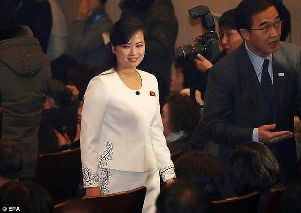 Nhan sắc nữ ca sĩ quyền lực nhất Triều Tiên theo chân ông Kim Jong-un tới Hà Nội-4