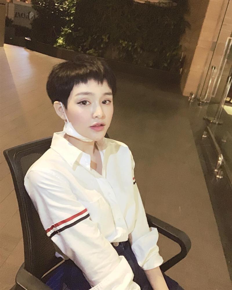 Từ Mạc Văn Khoa đến Trịnh Thăng Bình, Hiền Hồ... cả showbiz Việt vẫn mải mê diện 1 chiếc áo sơ mi quốc dân-5