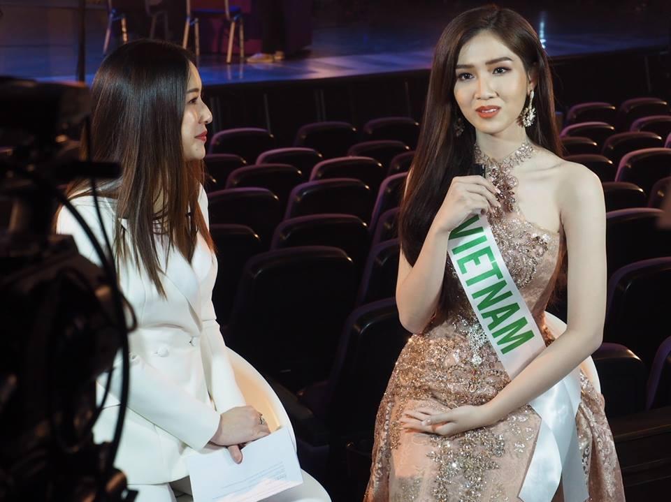 Không kém Hương Giang, Nhật Hà trả lời phỏng vấn tiếng Anh cực bản lĩnh tại Hoa hậu Chuyển giới 2019-1
