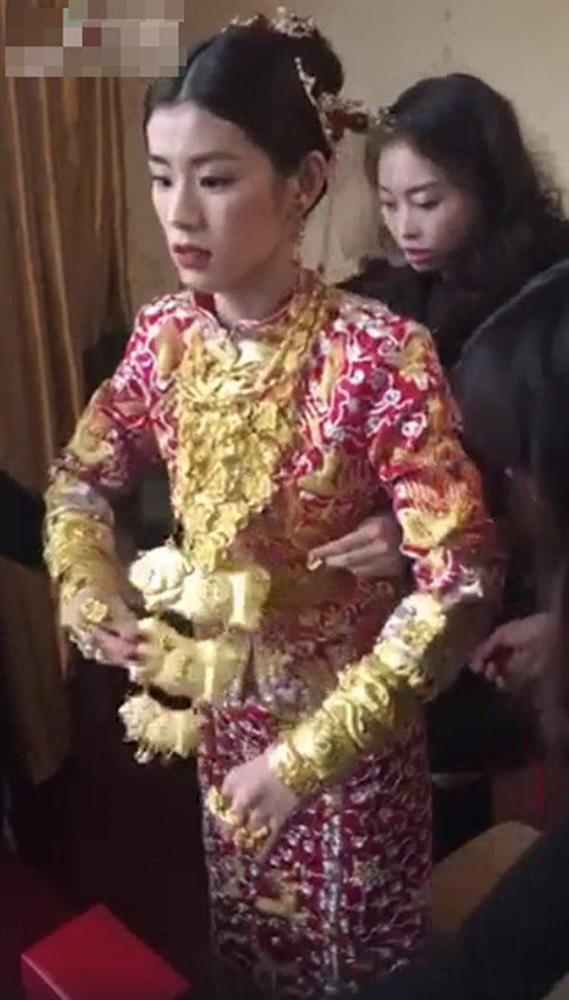 Cô dâu khoác lên người hơn chục cây vàng trong đám cưới gây xôn xao-3