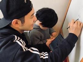 Mặc kệ tin đồn ly hôn bủa vây, Huỳnh Hiểu Minh cùng con trai tự tay tặng quà tặng sinh nhật Angela Baby