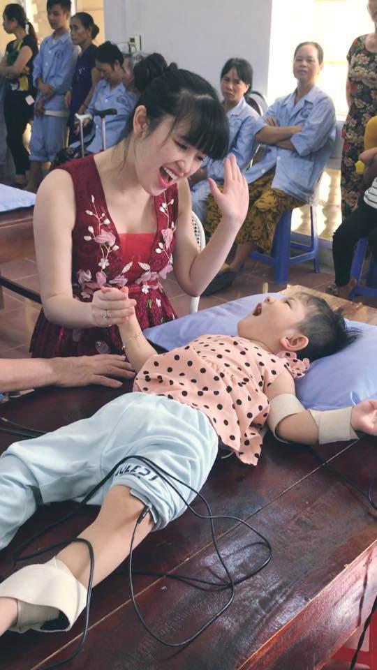 Gần 3 năm được nhận nuôi, đến cả mẹ nuôi cũng xuýt xoa trước ngoại hình cao lớn của bé gái suy dinh dưỡng ở Lào Cai-2