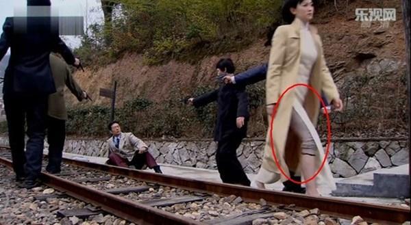 Thái tử mặc quần Adidas, vua Càn Long đi giầy sneaker... chẳng có gì là không thể ở phim cổ trang Trung Quốc-7