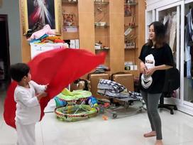Tiểu hoàng tử nhà Khánh Thi - Phan Hiển trổ tài 'thầy giáo con' dạy 'học sinh mẹ' múa cờ cực dễ thương