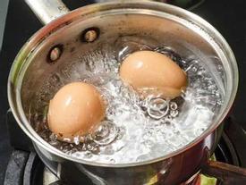 Muốn trứng luộc không vỡ lại dễ bóc vỏ, chỉ cần nhớ 3 điều này