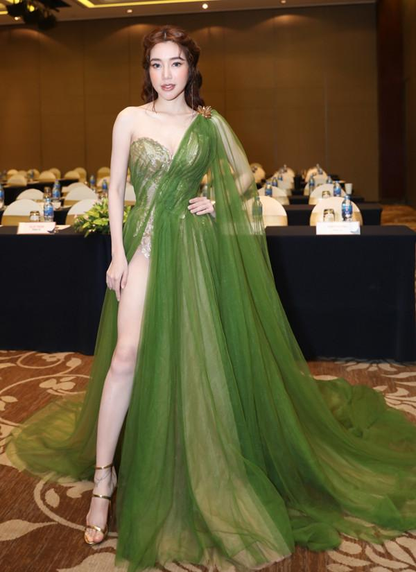 SAO MẶC ĐẸP: Hồ Ngọc Hà chi hơn 300 triệu đồng cho 1 lần dự show thời trang - Elly Trần diện đầm xẻ hông đốt mắt-1