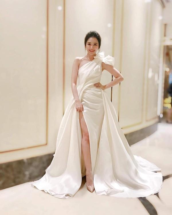 SAO MẶC ĐẸP: Hồ Ngọc Hà chi hơn 300 triệu đồng cho 1 lần dự show thời trang - Elly Trần diện đầm xẻ hông đốt mắt-3
