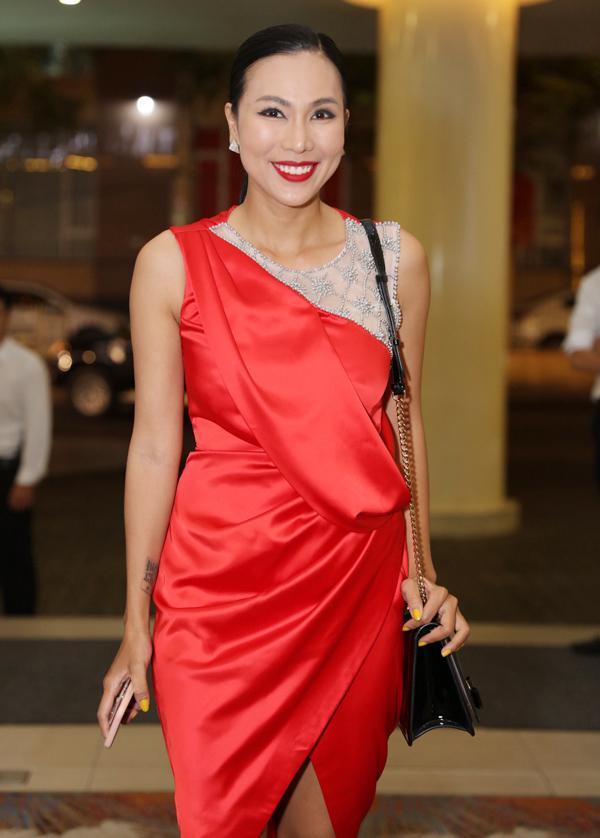 SAO MẶC XẤU: Diva Hồng Nhung rườm rà - siêu mẫu 70 tuổi diện bodysuit mém lộ hàng-3