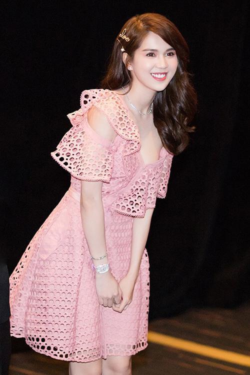 SAO MẶC ĐẸP: Hồ Ngọc Hà chi hơn 300 triệu đồng cho 1 lần dự show thời trang - Elly Trần diện đầm xẻ hông đốt mắt-5