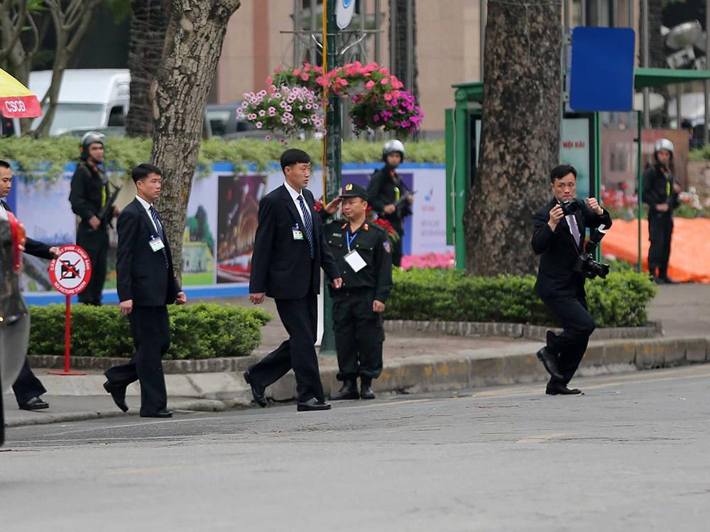 Đội vệ sĩ áo đen Triều Tiên mặt lạnh băng rời khách sạn Melia-2