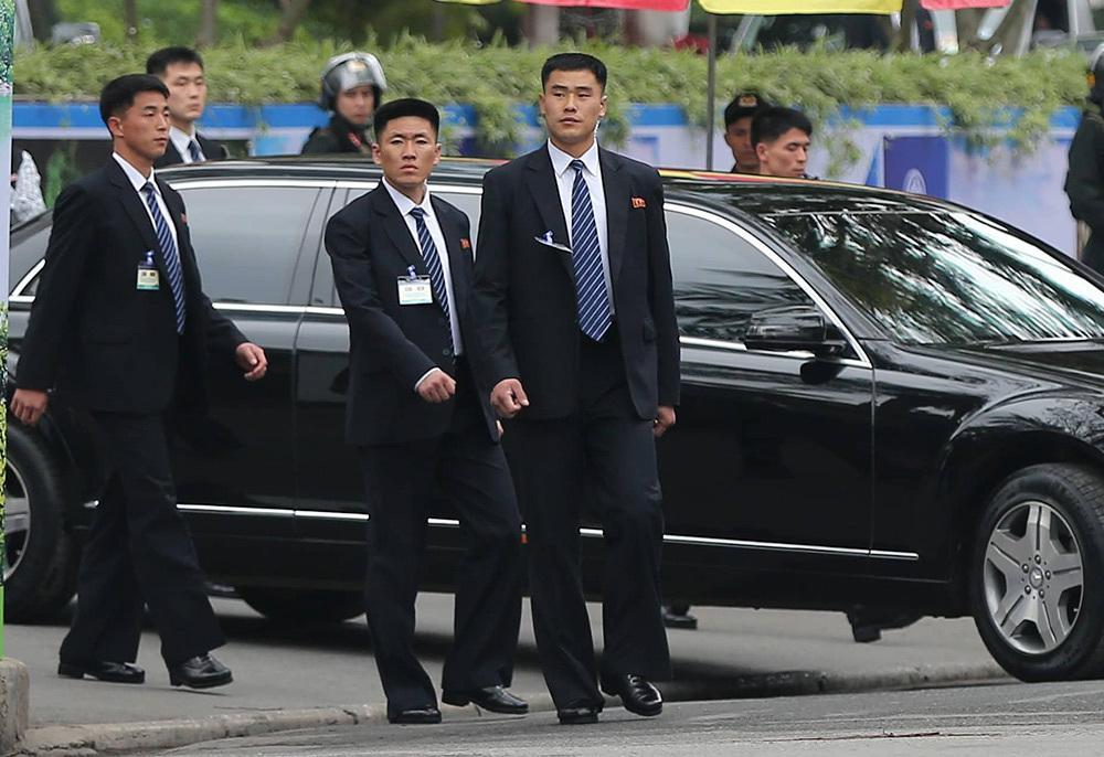Đội vệ sĩ áo đen Triều Tiên mặt lạnh băng rời khách sạn Melia-1