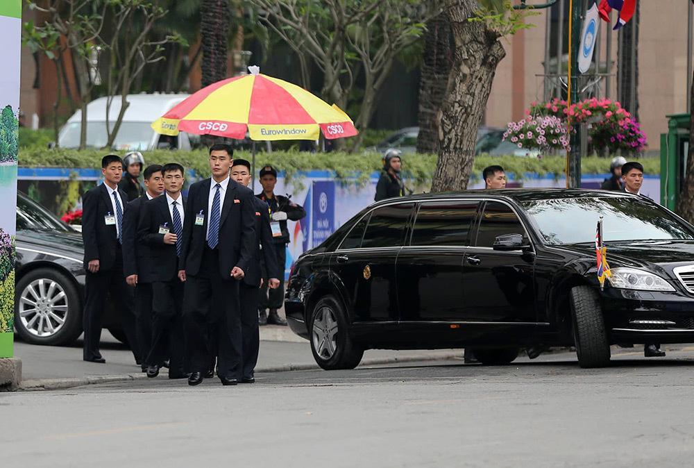Đội vệ sĩ áo đen Triều Tiên mặt lạnh băng rời khách sạn Melia-5