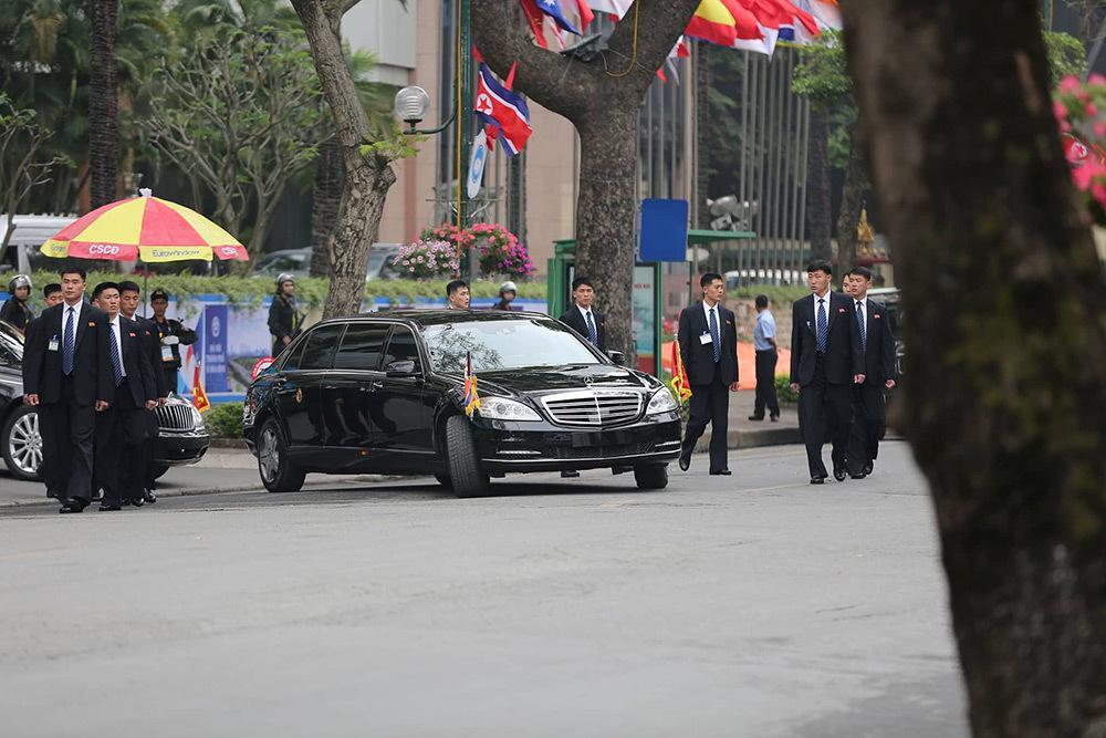 Đội vệ sĩ áo đen Triều Tiên mặt lạnh băng rời khách sạn Melia-6