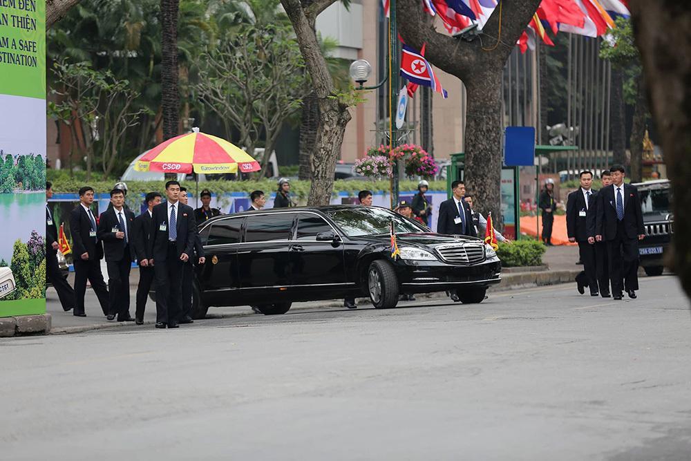 Đội vệ sĩ áo đen Triều Tiên mặt lạnh băng rời khách sạn Melia-9