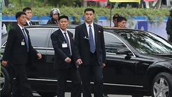 Đội vệ sĩ áo đen Triều Tiên mặt lạnh băng rời khách sạn Melia