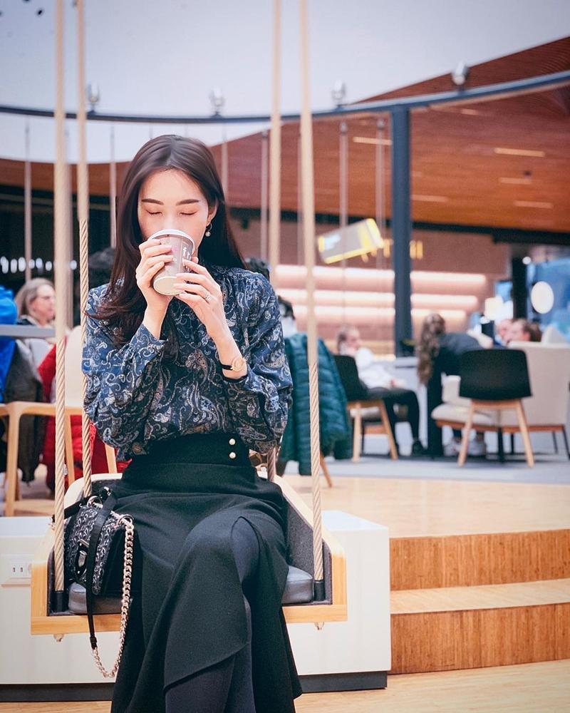 STREET STYLE SAO VIỆT: Hà Hồ khoe vòng 1 táo bạo với mốt áo trong suốt - Sơn Tùng mặc quần đùi đi dép lê vẫn đẳng cấp-1