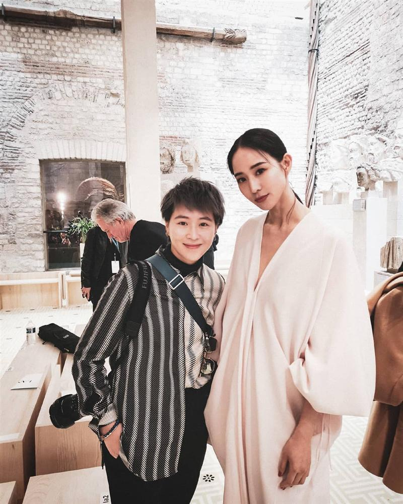 SAO MẶC XẤU: Diva Hồng Nhung rườm rà - siêu mẫu 70 tuổi diện bodysuit mém lộ hàng-9