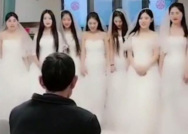 7 cô dâu đứng trước mặt 1 người đàn ông và câu chuyện đằng sau về lòng hiếu thảo gây xúc động-1