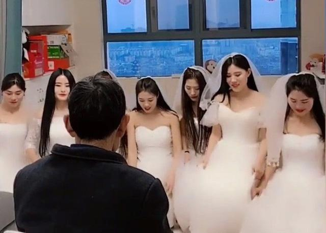 7 cô dâu đứng trước mặt 1 người đàn ông và câu chuyện đằng sau về lòng hiếu thảo gây xúc động-2