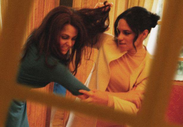 Hình ảnh gây sốc toàn tập: Công nương Meghan túm tóc, đánh nhau với chị dâu Kate ở ngay Cung điện-1