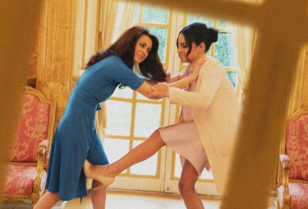 Hình ảnh gây sốc toàn tập: Công nương Meghan túm tóc, đánh nhau với chị dâu Kate ở ngay Cung điện-3