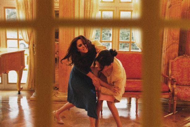 Hình ảnh gây sốc toàn tập: Công nương Meghan túm tóc, đánh nhau với chị dâu Kate ở ngay Cung điện-4