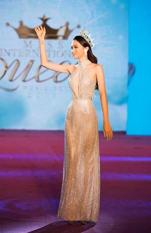 Hễ xuất ngoại là Hương Giang lại ám ảnh fan quốc tế với chiêu thời trang thần thánh này-3