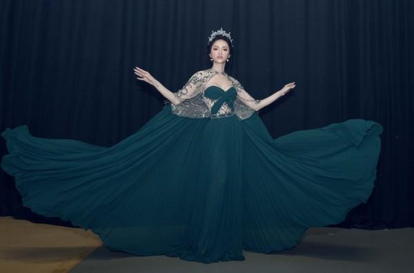 Hễ xuất ngoại là Hương Giang lại ám ảnh fan quốc tế với chiêu thời trang thần thánh này-6