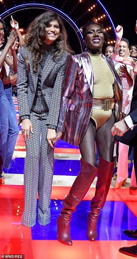 SAO MẶC XẤU: Diva Hồng Nhung rườm rà - siêu mẫu 70 tuổi diện bodysuit mém lộ hàng-7