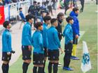 GÓC HÓNG HỚT: 'Bé một mẩu' Công Phượng vẫn cố gắng rướn cao người theo dõi các đồng đội thi đấu trên sân