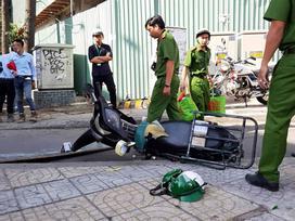 Ván gỗ rơi trúng đầu nam thanh niên đang chạy trên đường Sài Gòn