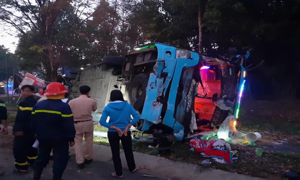 Ô tô khách đâm xe tải rồi lật ngửa, hàng chục người bị thương kêu cứu, 1 cán bộ công an tử vong-1