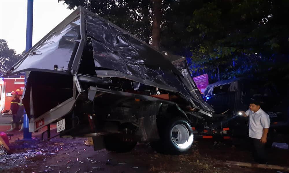 Ô tô khách đâm xe tải rồi lật ngửa, hàng chục người bị thương kêu cứu, 1 cán bộ công an tử vong-3