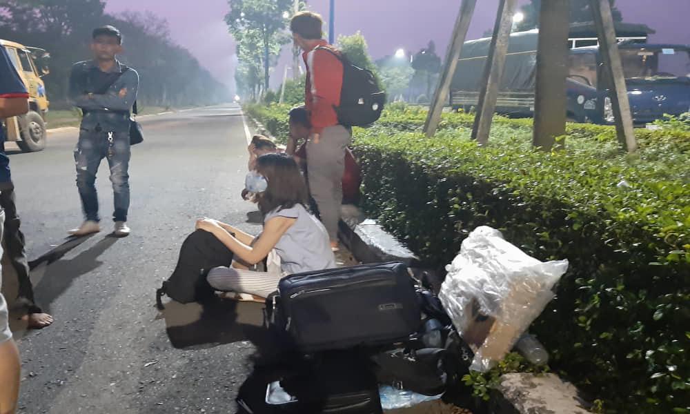 Ô tô khách đâm xe tải rồi lật ngửa, hàng chục người bị thương kêu cứu, 1 cán bộ công an tử vong-4