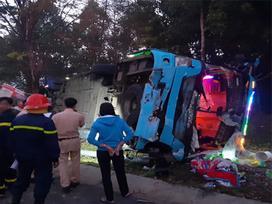 Ô tô khách đâm xe tải rồi lật ngửa, hàng chục người bị thương kêu cứu, 1 cán bộ công an tử vong